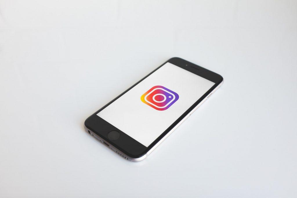 Photographie d'un smartphone avec le logo Instagram, première étape avant de pouvoir créer son compte.