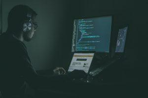 Photographie d'un développeur analysant le code issu de la mise à jour Instagram