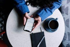 Photo du téléphone d'un influenceur publiant un contenu de qualité pour gagner des abonnés sur Instagram