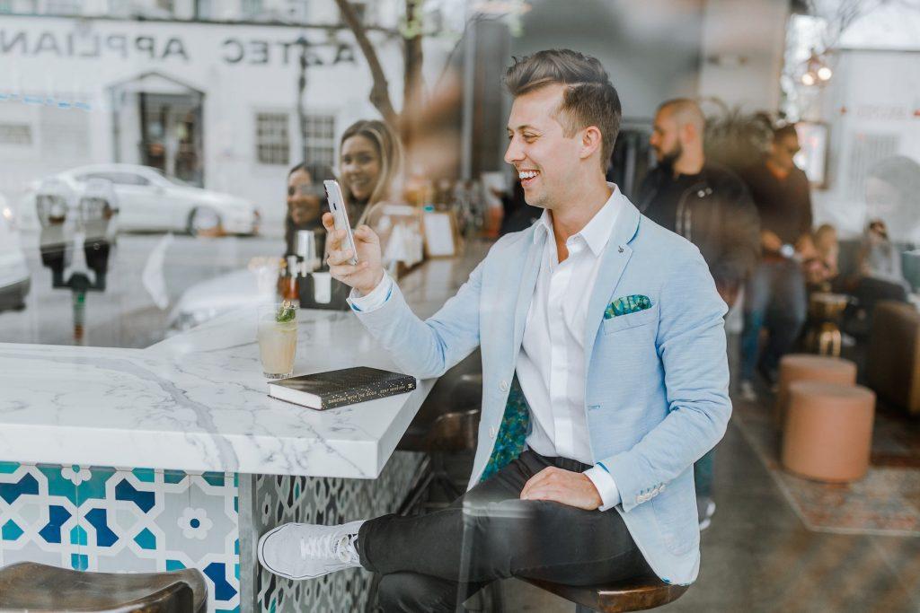 Photographie d'un entrepreneur heureux d'avoir lancé sa marque sur Instagram
